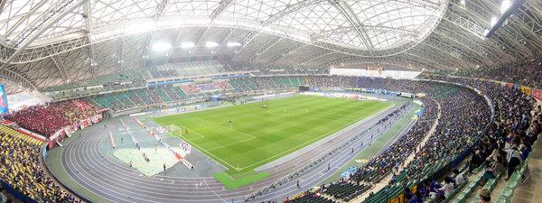 Ōita_Stadium_with_its_roof_closed.jpg