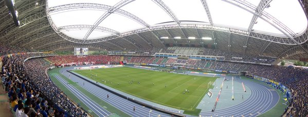 Ōita_Stadium_with_its_roof_opened.jpg