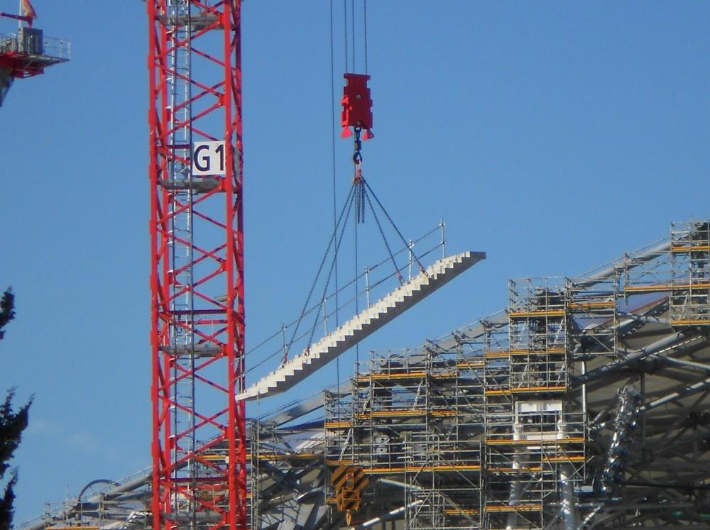 http://www.info-stades.fr/forum/ressources/pose-en-direct-d-un-des-premiers-escalier-de-jean-bouin/thumb/43284