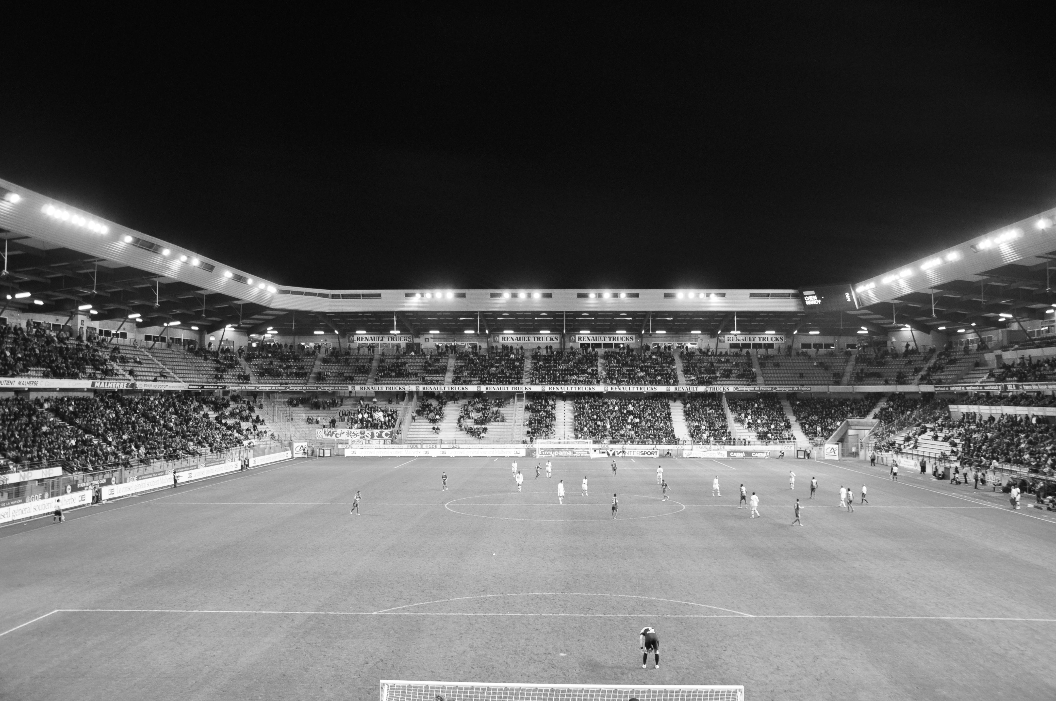 Le stade Michel d'Ornano - Page 3 Caen-ornano-nuit34784